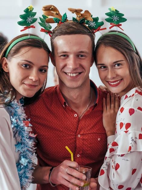 Retrato de jóvenes amigos felices en navidad, fiesta de año nuevo. Foto Premium