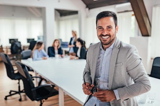 Retrato de un líder empresarial guapo. Foto Premium