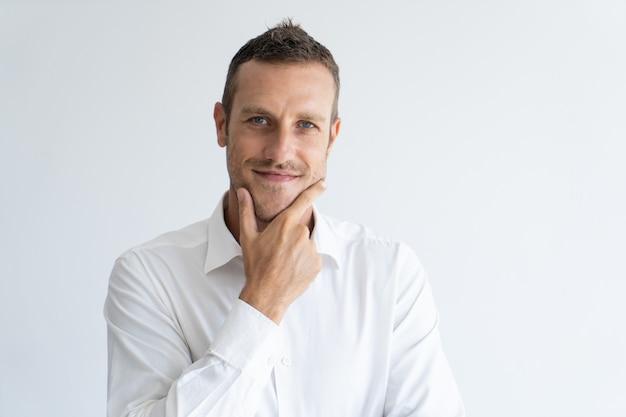 retrato-mediados-hombre-negocios-adulto-expresion-interesada-que-toca-su-barbilla_1262-12850 MOSTRAR SENTIMIENTOS: Glosario de gestos para nuestros personajes