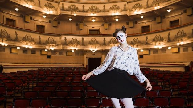 Retrato del mime femenino que se coloca en un auditorio que presenta Foto gratis