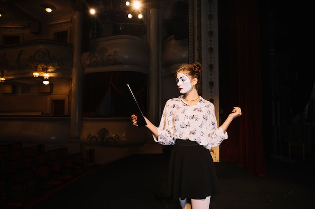 Retrato de mimo femenino ensayando en el escenario Foto gratis