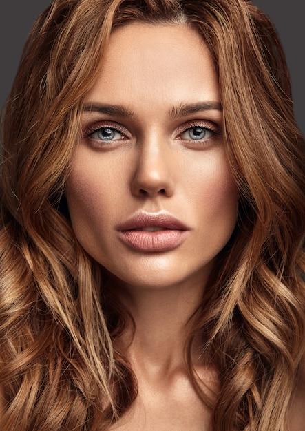 Retrato de moda de belleza de la joven modelo rubia con maquillaje natural y piel perfecta posando Foto gratis