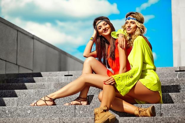 Retrato de moda de modelos de mujeres jóvenes hippie en día soleado de verano en ropa hipster colorido brillante Foto gratis