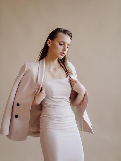 Retrato de moda de mujer joven elegante Foto gratis
