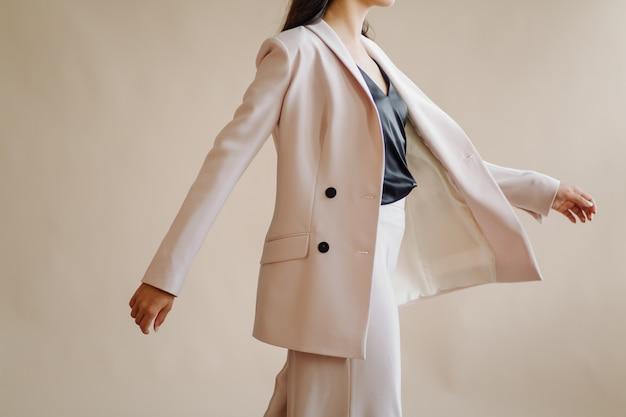 Mujer vestida de color beige avanza decidida hacia la izquierda. Avance y nuevas ideas.