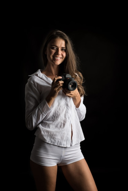 Retrato de moda de mujer joven fotógrafo con cámara Foto gratis