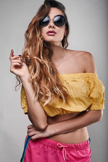 Retrato de moda de verano brillante estudio de elegante bella mujer Foto Premium
