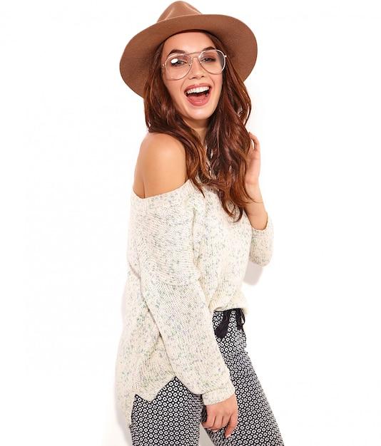 Retrato del modelo elegante joven de la muchacha en ropa casual del verano en sombrero marrón con maquillaje natural en los vidrios aislados. Foto gratis
