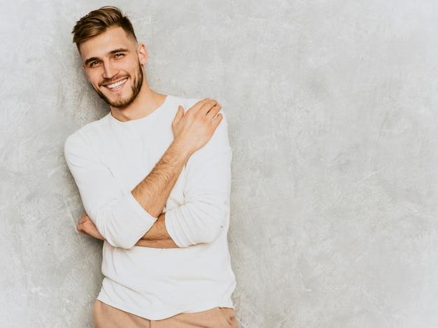 Retrato del modelo sonriente hermoso del hombre de