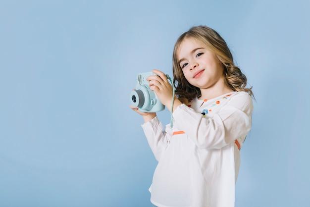 Retrato De Una Muchacha Bonita Que Sostiene La Cámara