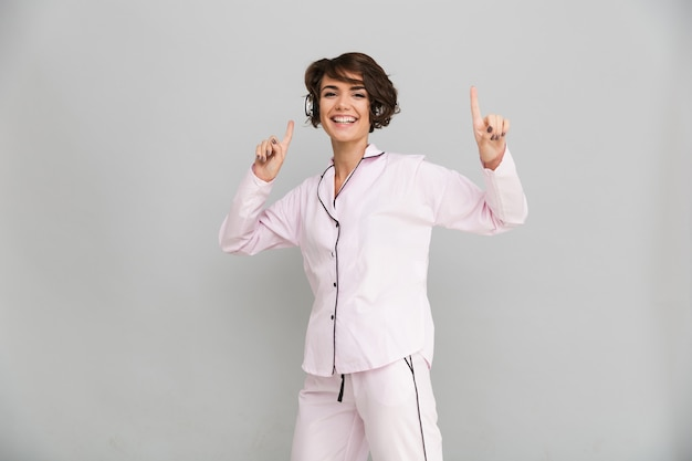 Retrato de una mujer alegre feliz en pijama Foto gratis