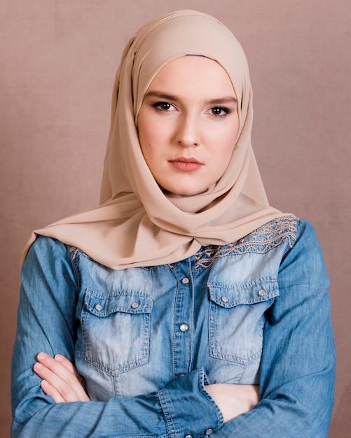 Retrato de una mujer árabe confiada con su brazo cruzado Foto gratis