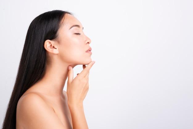 Retrato de mujer asiática seria con piel clara Foto gratis