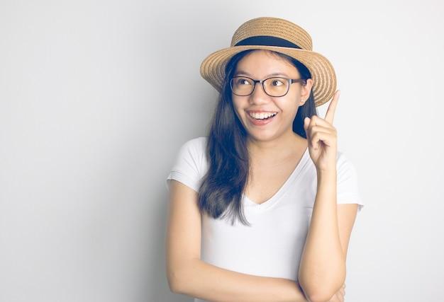 Retrato de una mujer asiática sonriente con sombrero pensando buena idea  con filtro vintage  e0272c4dc4b