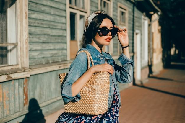 Retrato de mujer de belleza en la calle, retrato al aire libre, modelo de moda Foto gratis