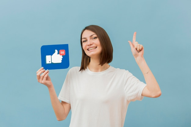Retrato de mujer bonita con botón me gusta Foto gratis