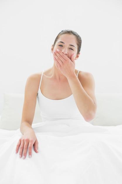 e9d99d70f4 Retrato de una mujer bostezando en la cama