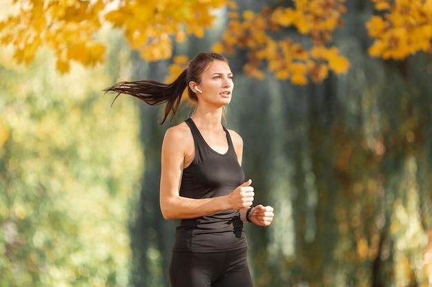 Retrato de mujer deportiva corriendo Foto gratis