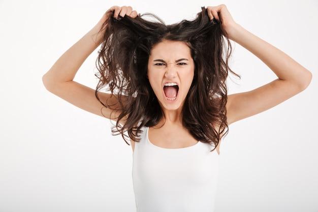 Retrato de una mujer enojada vestida con una camiseta sin mangas Foto gratis