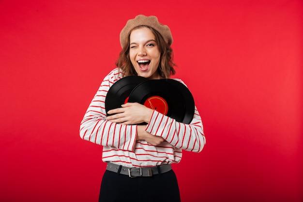 Retrato de una mujer feliz con boina Foto gratis