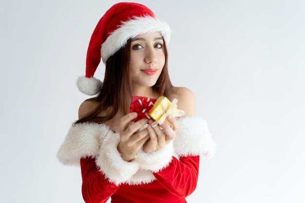 Retrato De Mujer Feliz En Vestido De Santa Claus Con Cajas