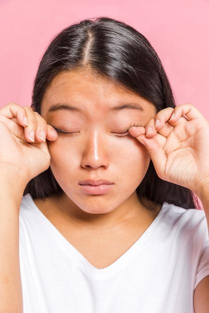 Retrato de mujer frotándose los ojos Foto gratis