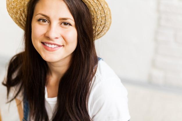 Retrato de mujer hermosa artista en estudio Foto Premium