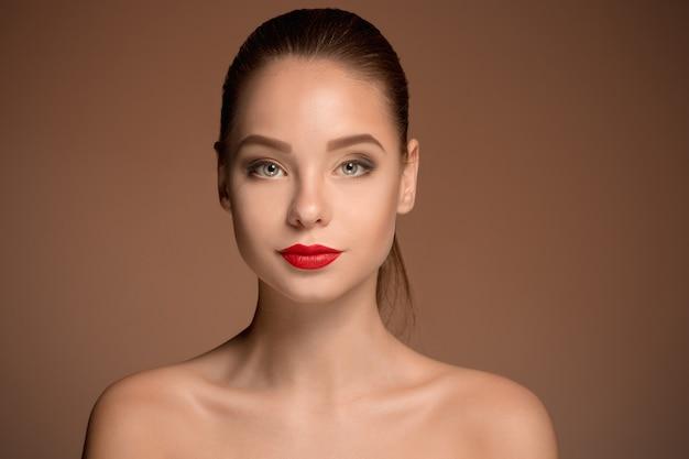 Retrato de mujer hermosa cara de cerca Foto gratis