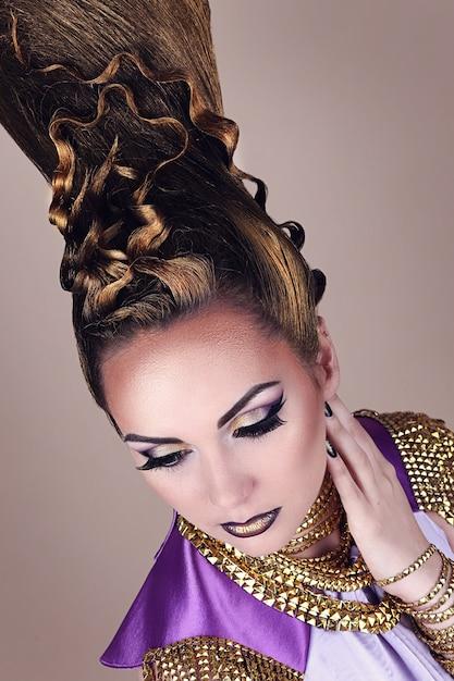 Retrato de mujer hermosa en estilo egipcio Foto Premium