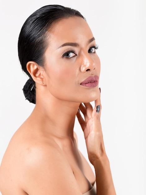 Retrato mujer hermosa. foto de estudio en blanco. Foto Premium