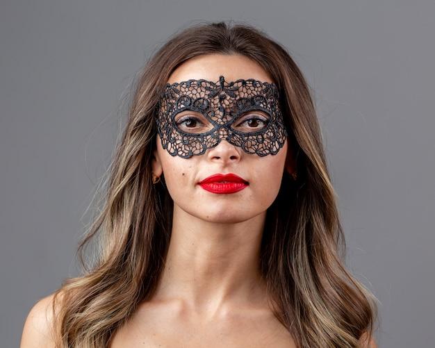 Retrato de mujer hermosa con máscara Foto gratis