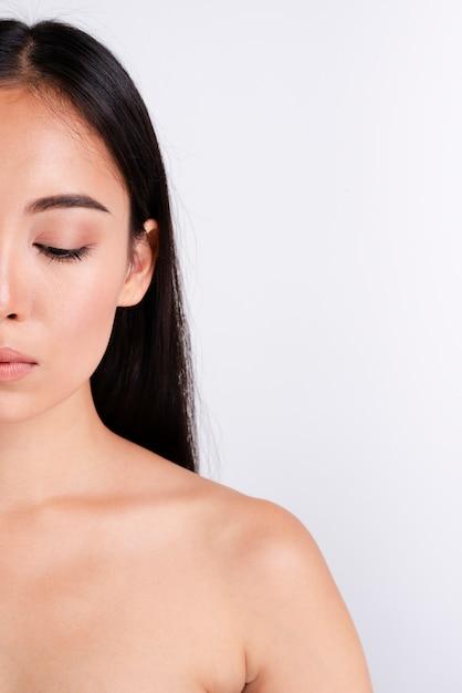 Retrato de mujer hermosa con piel clara Foto gratis