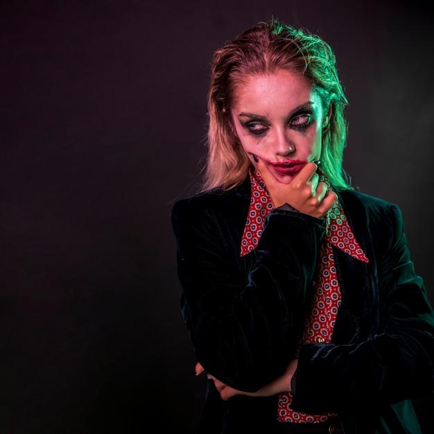 Retrato de mujer de joker con cara de póker Foto gratis