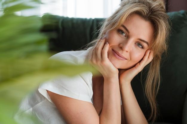 Retrato de una mujer joven y bella Foto gratis