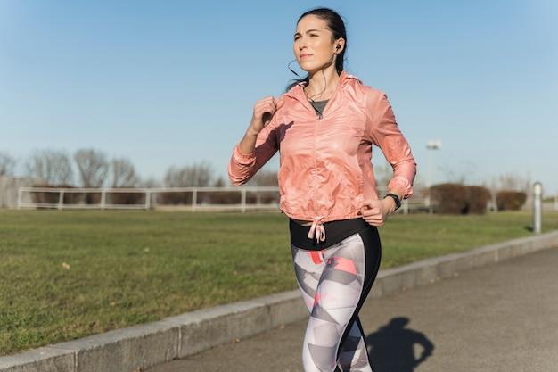 Retrato de mujer joven entrenando al aire libre Foto Premium