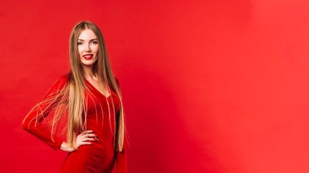 Retrato de mujer joven con espacio de copia Foto gratis