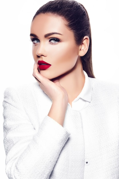 Retrato de mujer joven con estilo hermosa Foto gratis
