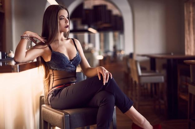 Retrato de mujer joven hermosa belleza en interior Foto Premium