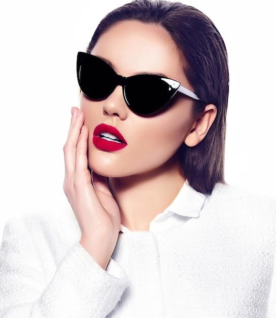 Retrato de mujer joven hermosa elegante con gafas de sol Foto gratis