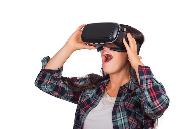 Retrato de mujer joven jugando con gafas vr de realidad virtual aislado en estudio. dispositivo de gafas vr. concepto de tecnología. Foto gratis