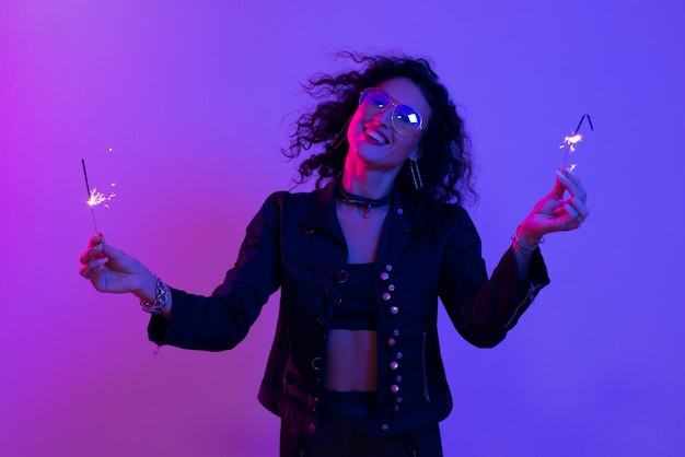 Retrato de mujer joven con palo de chispa. Foto Premium