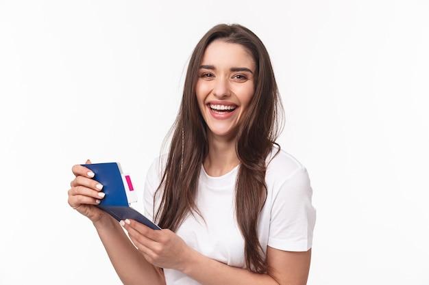Retrato, mujer joven, con, pasaporte Foto gratis