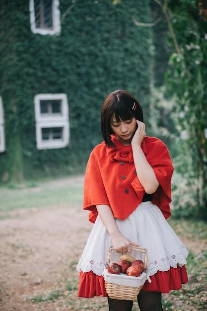 Retrato mujer joven con poco rojo Foto Premium