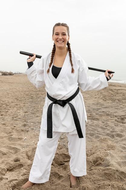 Retrato de mujer joven en traje de karate Foto gratis