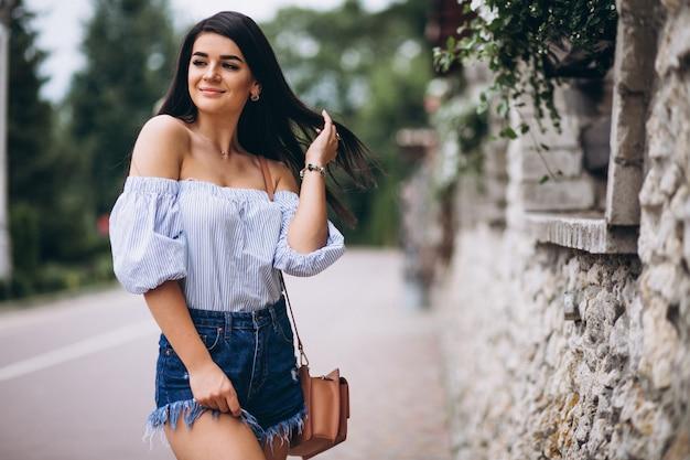 Retrato de una mujer joven Foto gratis