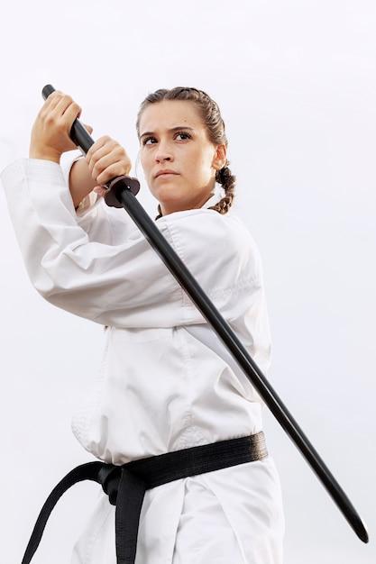 Retrato de mujer luchadora en traje de karate Foto gratis
