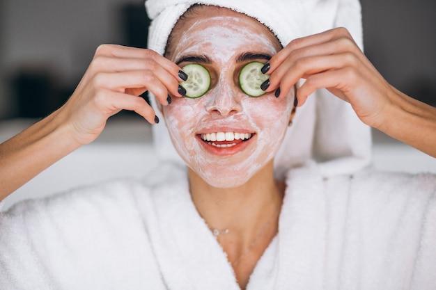 Retrato de mujer con máscara de belleza Foto gratis
