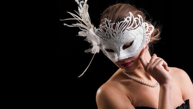 Retrato de mujer con máscara de carnaval Foto gratis