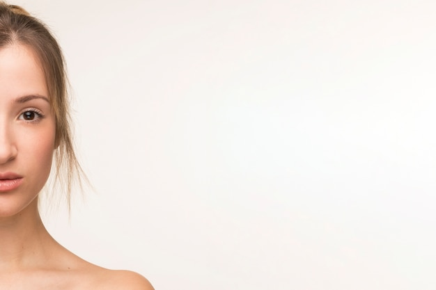 Retrato de mujer de media cara con espacio de copia Foto gratis