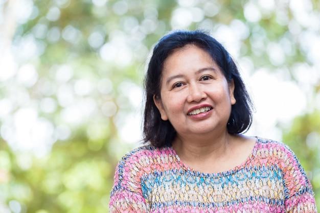 Retrato mujer de mediana edad con felicidad Foto gratis